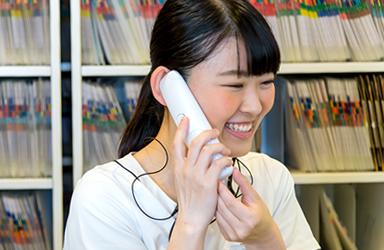 電話応対する女性スタッフ
